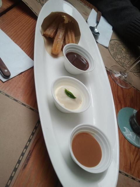 Churros con dulce de leche, helado de vainilla y chocolate